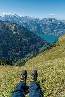 草の上に座っている人