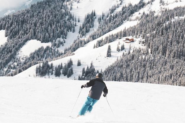 山でスキーをする人