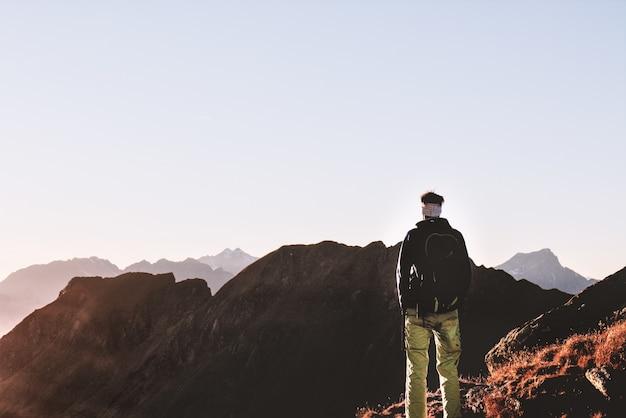Человек, стоящий на вершине горы