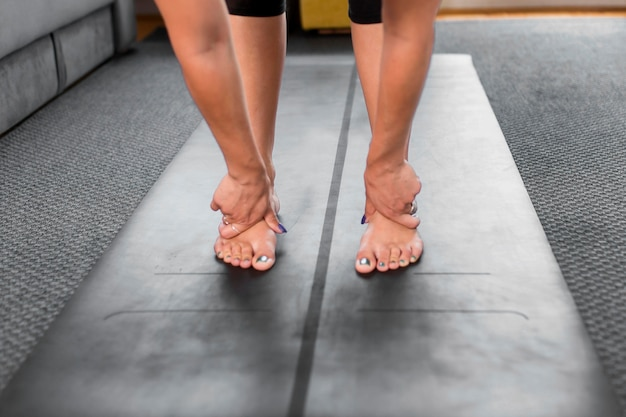 Человек, стоящий на коврике для йоги