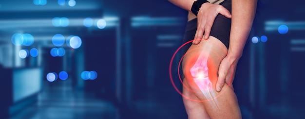 Человек, страдающий от боли в колене, пальцевая кость на человеческой ступне, травма, вызванная проблемами с сухожилием
