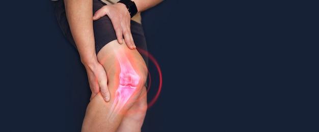 膝の痛みに苦しんでいる人人間の足の指の骨トレーニングによる怪我