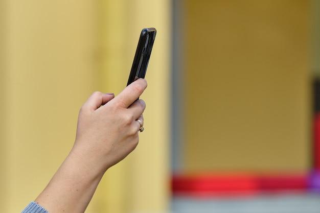 人がスマートフォンから写真を撮る