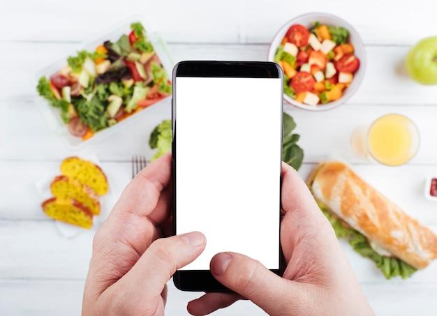 맛있는 건강 간식의 사진을 복용하는 사람