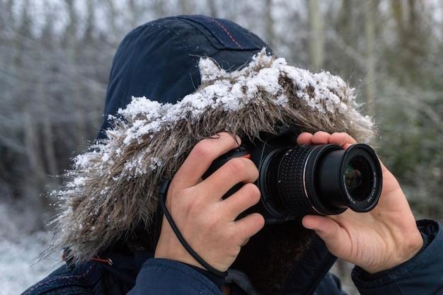 Persona che scatta foto con una fotocamera professionale