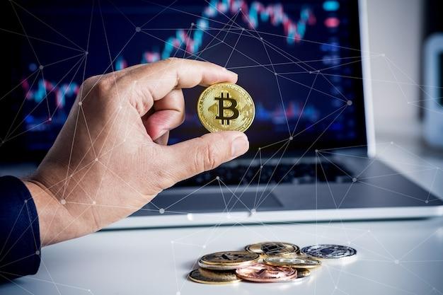 Человек, торгующий или покупающий криптовалюту с биткойнами и размытие графика цены на компьютере. финансы и технологии