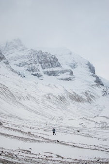 얼음 산에서 트레킹하는 사람