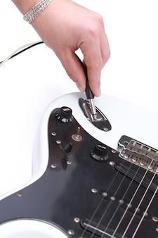 주축대에서 기타를 튜닝하는 사람