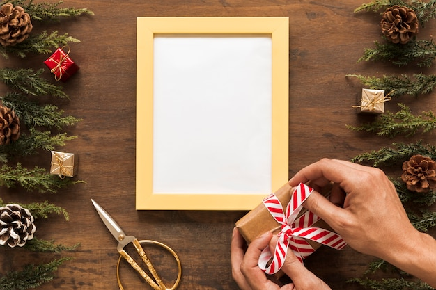 クリスマスのギフトボックスで弓を結ぶ人