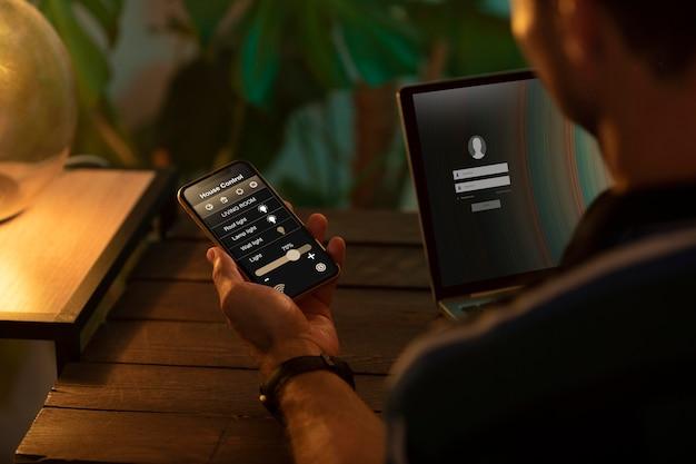 자동화된 집에서 스마트폰을 사용하는 사람