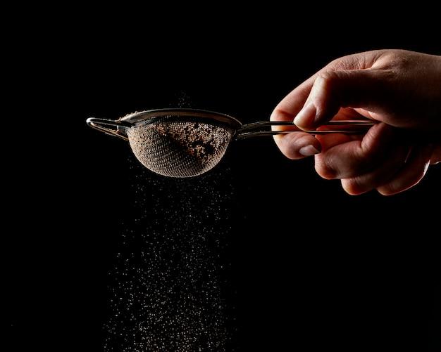 Человек, использующий инструмент для шоколадного торта
