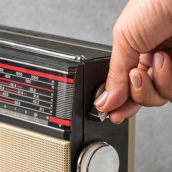 Человек, использующий старинные радиокнопки высокий вид