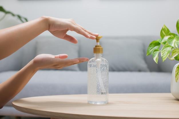 Лицо, использующее спиртовой гель для дезинфекции рук