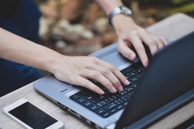 집에서 일하는 컴퓨터 노트북을 사용하는 사람