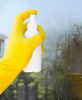 Persona che utilizza la soluzione di disinfezione