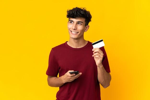 Человек, использующий мобильный телефон на изолированном фоне Premium Фотографии