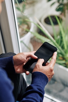 Человек, использующий смартфон