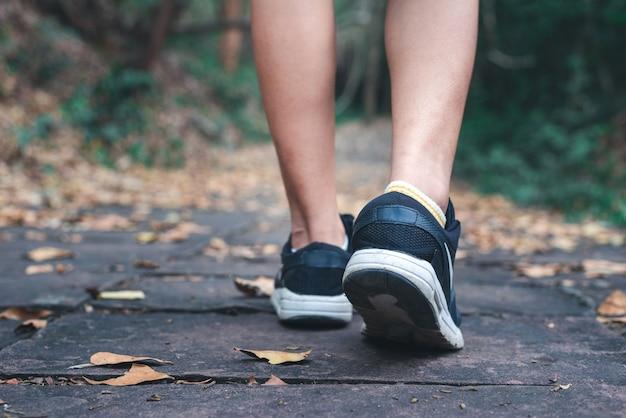 コピースペースを持つ人と歩いて靴のクローズアップ