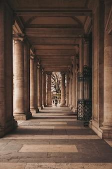 갈색 콘크리트 건물에 걷는 사람