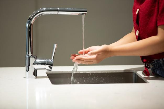 台所で手を洗う人