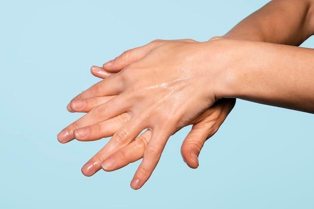 青で隔離の手を洗う人