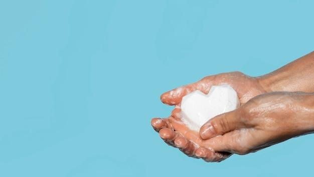 복사 공간 흰색 비누로 손을 씻는 사람