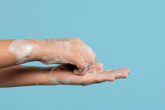 Человек, мытье рук с копией пространства