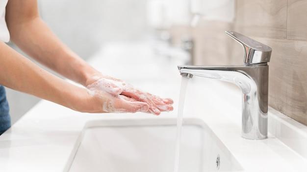 Лицо, моющее руки с мылом