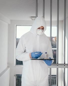 Человек в защитном костюме биологической опасности