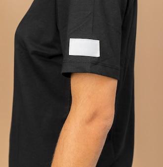 コピースペースの服のタグが付いた黒い服を着ている人