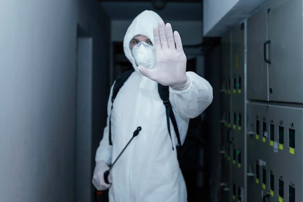 Persona che indossa una tuta di prevenzione contro un rischio biologico