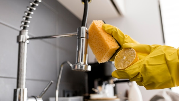 Person wearing protection gloves using a lemon