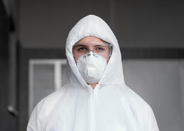 Persona che indossa un equipaggiamento protettivo contro un rischio biologico