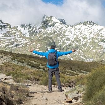 화창한 날에 산을 걷고 배낭을 가진 사람. circo de gredos, 스페인 castilla y leon의 국립 공원.