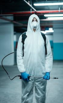 생물학적 위험에 대한 보호 장비를 착용 한 안면 마스크를 가진 사람
