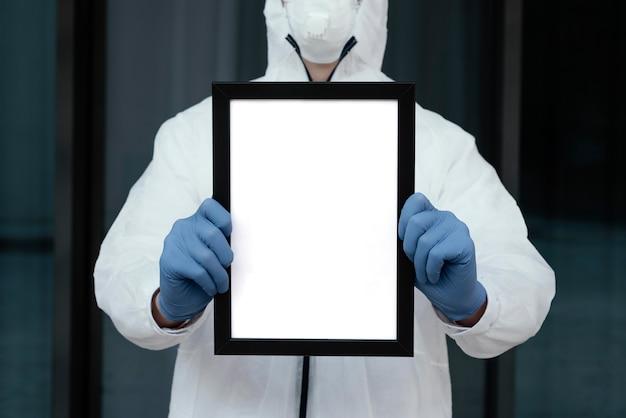 빈 태블릿을 들고 의료 마스크를 가진 사람