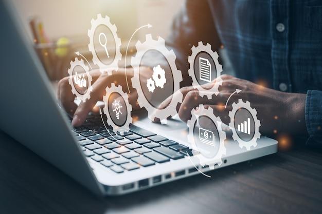 コンピューターで作業している人。自動化ソフトウェア技術プロセスシステムビジネスコンセプト。