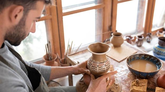 Persona che lavora in un laboratorio di ceramica