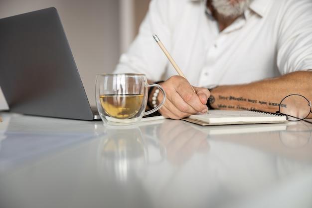 ノートのページに書いている人
