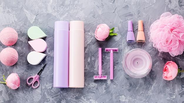 パーソナルケア製品や化粧品のフラットレイアウト。女性美容トリートメントコンセプト、トップビュー