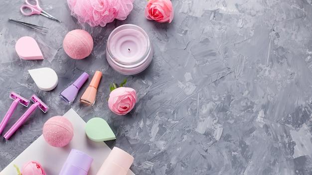 パーソナルケア製品、ランジェリー、化粧品のフラットレイ。女性美容トリートメントコンセプト、トップビュー