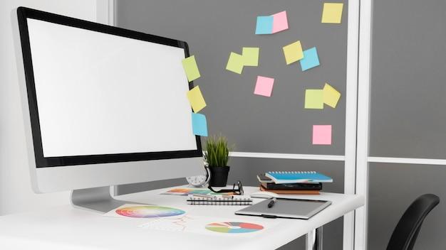 사무실 작업 공간의 개인용 컴퓨터