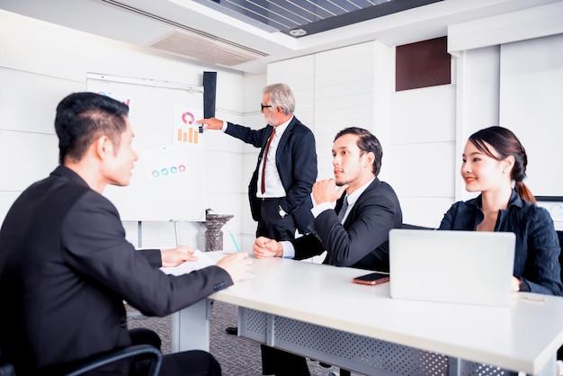 비즈니스 팀워크를 위한 개인 개발, 코칭 및 교육 과정. 회의실에서 동료들과 만나고 토론합니다.