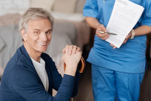 Персональный помощник. умный и положительный квалифицированный врач объясняет своему клиенту все условия ее работы, при этом он хочет, чтобы она позаботилась о нем