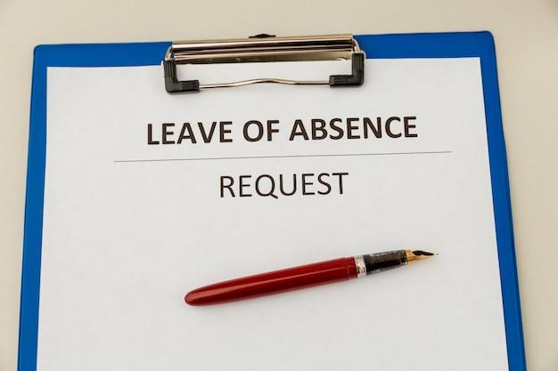 책상에 개인 휴가 산부인과 결근 명세서 양식.