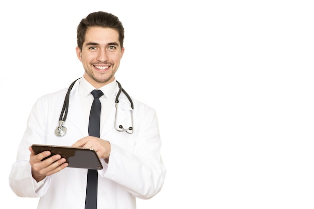 개인 처방. 따뜻하게 웃는 그의 클립 보드에 처방전을 적어 잘 생긴 남성 의사의 스튜디오 샷