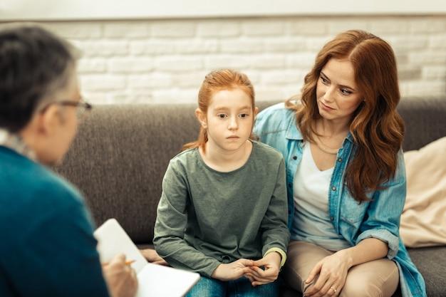 個人的な問題。彼女の問題について考えている間ストレスを感じている悲しい赤い髪の少女