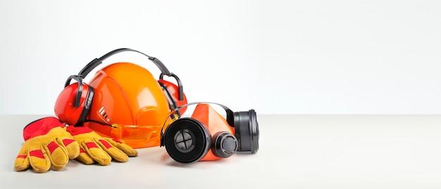 コピースペースのある灰色の表面の個人用保護具。仕事の安全の概念。