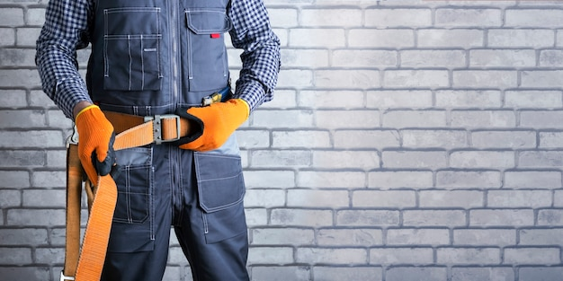 건강 보호를 위한 개인 보호 장비의 중요성. 전기 기사는 안전 벨트를 넣습니다. 배너.