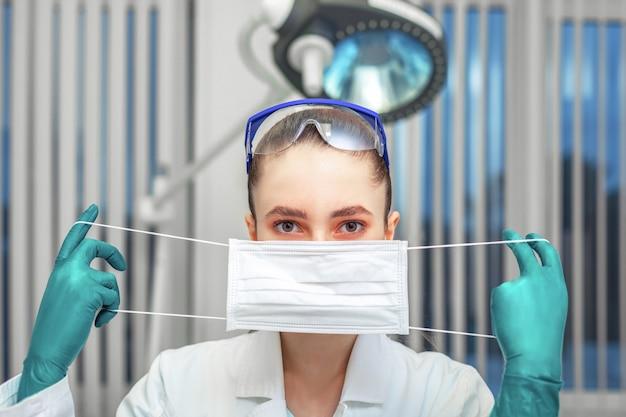 Средства индивидуальной защиты, женщина-врач с белой хирургической маской
